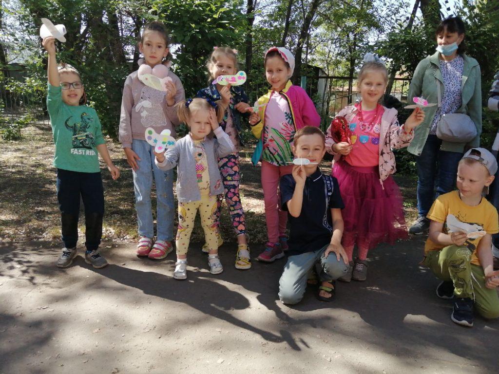 Дети тдержат в руках самолетики